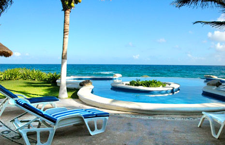 Your solitude awaits you in this infitinty pool overlooking the ocean in Akumal